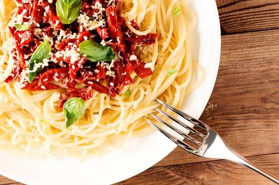 Rajčata, sýr a těstoviny jsou vděčná kombinace