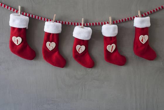 Krásné červeno-bílé vánoční ponožky skrývají malé dobroty.