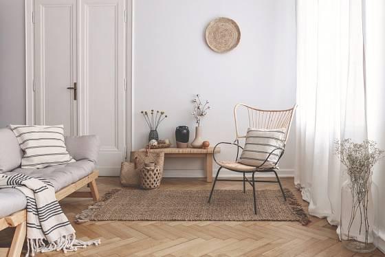 Hebké plédy a deky jsou příjemnou součástí obývacích pokojů.