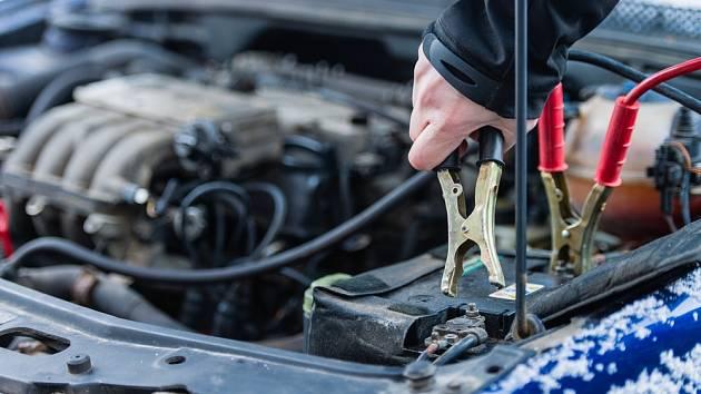 Startovací kabely mohou být v zimě výtečným pomocníkem.