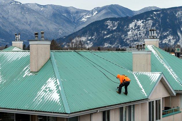 Urgentní oprava střechy si někdy vyžádá hodně sil a může být i riskantní.