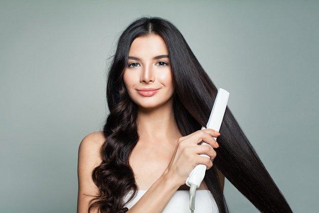 Časté používání žehličky vlasům příliš neprospívá.