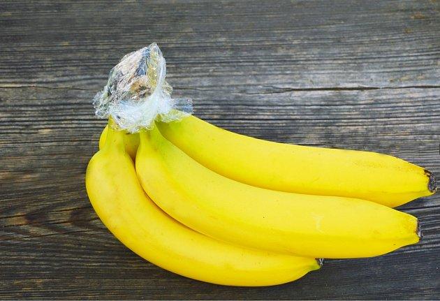 Stopky banánů obalíme alobalem nebo potravinovou fólií.