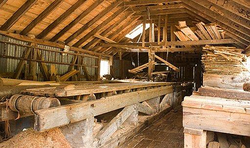 Cutter na dřevo ve staré stodole