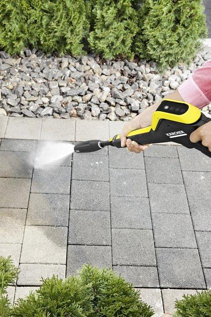 Tlakovou myčku využijeme při čištění dlažby. Foto KAERCHER