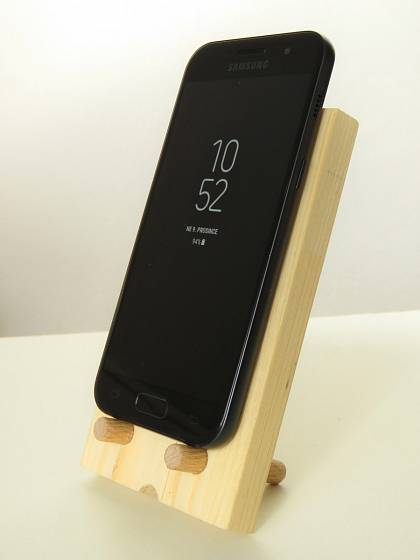 Šikovný a pohledný stojánek na telefon vyrobíme ze zbytků