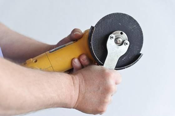 Detail klíče, který slouží k uvolnění či zajištění kotouče.
