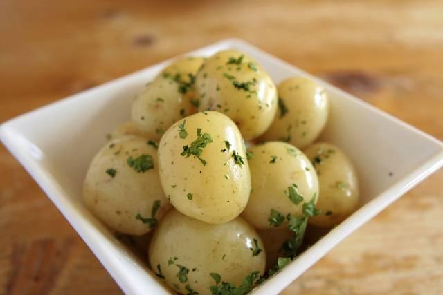 Nové brambory se ke skladování nehodí, ale jsou vynikající a zdravé, když je připravíte třeba na loupačku.