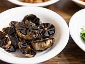 Vyrobit si doma černý česnek je velmi snadné.