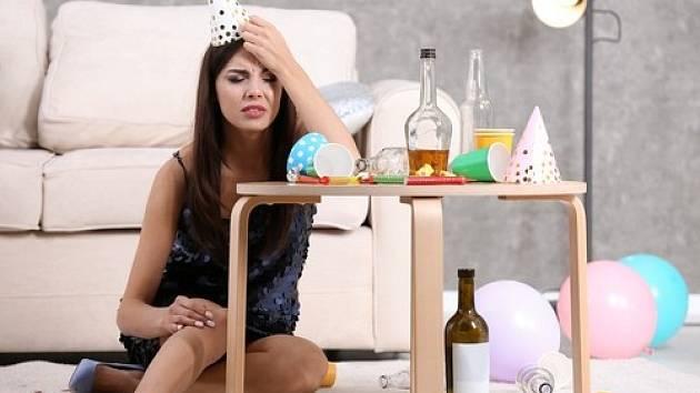 Alkohol v organismu způsobí dehydrataci, protože povzbuzuje ledviny k vylučování většího množství vody než normálně.
