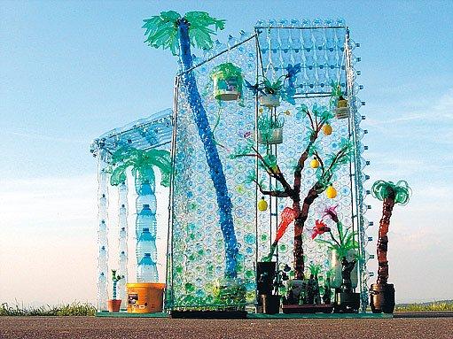 Skleník pro firmu Eko–kom z 1100 použitých lahví a kanystrů