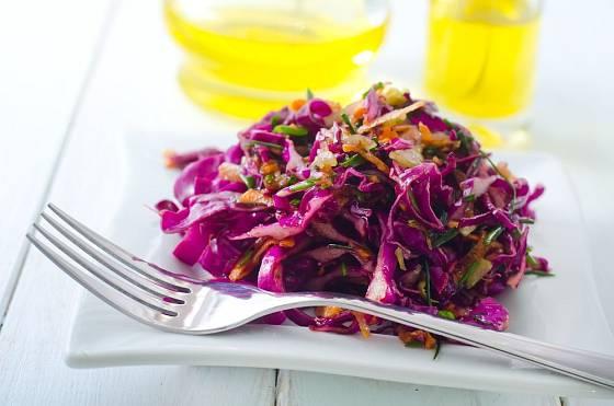 Zelný salát si můžete užít na mnoho způsobů