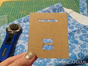 DIY výroba šikmého proužku: Do kousku kartonu prostřihnete několik otvorů.