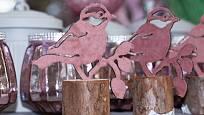 Dřevěná dekorace s vyřezávaným ptactvem se k jaru perfektně hodí.