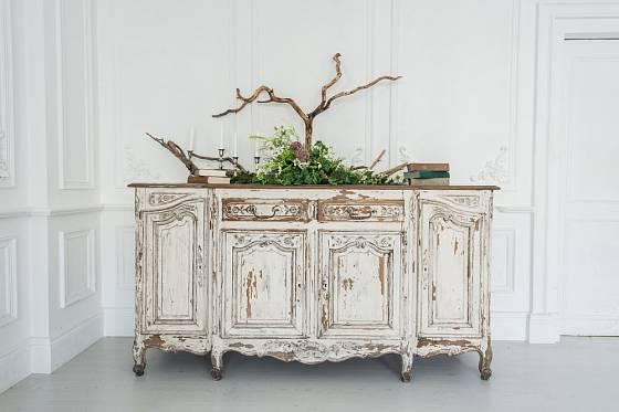 Historické nábytkové kousky, jako je tato rokoková komoda, mají svou přirozenou patinu.