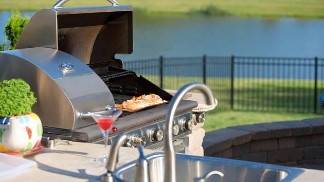 I zařízení venkovní kuchyně je třeba dobře promyslet.