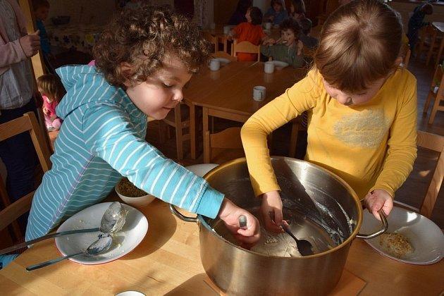 Jako doma: děti vyškrabují kastrol od pohankové kaše.