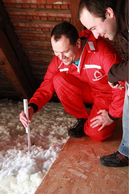 Pracovník IP Polná ukazuje klientovi nafoukanou výšku izolace