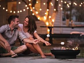 Posezení u ohně a osvětlení vám zpříjemní dny na zahradě i v období babího léta.