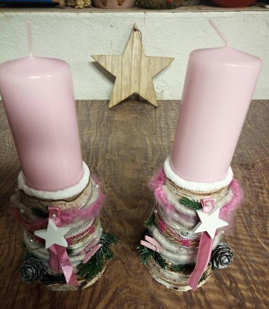 Svíčky by měly barevně ladit s výzdobou březové základny