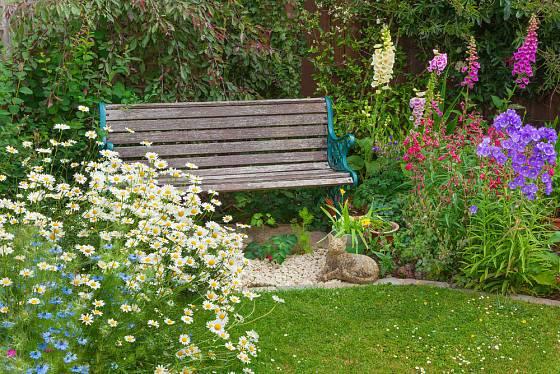 Zahradní posezení mezi květinami je vždy příjemné.