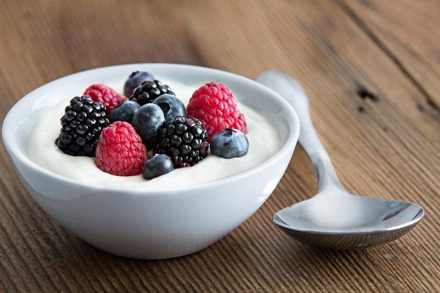 Jogurt je v horkých dnech ideální
