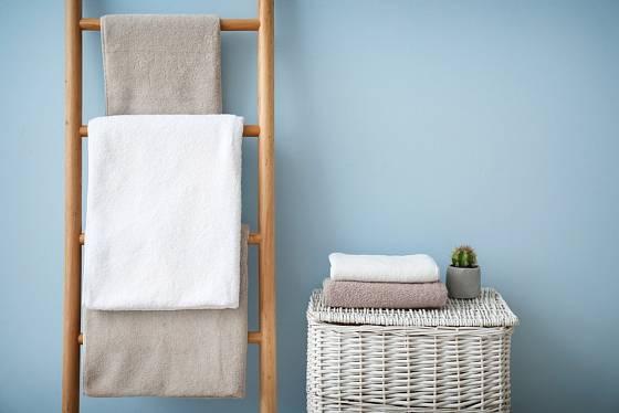 Ručníky se mohu stát zajímavým dekorativním prvkem koupelny.