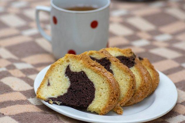 Bábovka je vděčným doplňkem nedělní kávy.