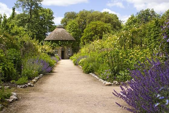 Venkovským zahradám sluší mlatové cesty.