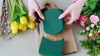 Ze zelená aranžovací hmoty pro živé květiny snadno vyřízneme potřebný tvar.