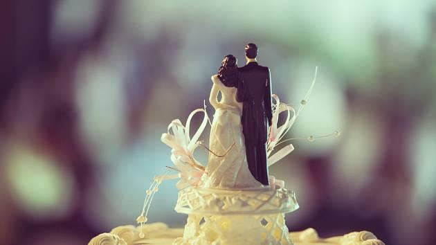 Nevěsta a ženich zdobí vrchol dortu poprvé ve třicátých letech