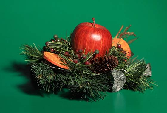 Jablíčka kombinujte v dekoracích s šiškami a sušenými plátky pomeranče.