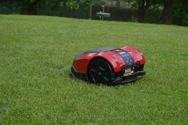 Robotická sekačka se na pěstěných trávnících cítí jako doma