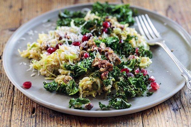 Odlehčený salát je skvělým adeptem na oběd nebo večeři do krabičky.