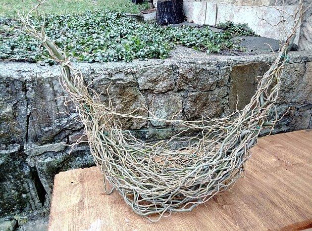 Jako základ aranžmá nám poslouží vrbová konstrukce, která vznikla proplétáním jednotlivých větví .