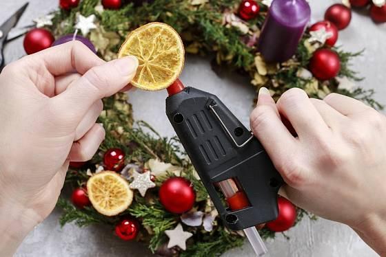 Adventní věnec můžeme přizdobit plátky sušených citronů či pomerančů.