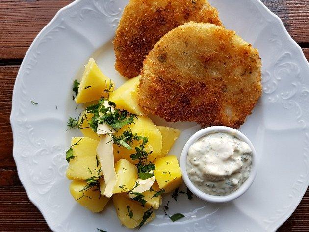Smažené řízky z celeru, vařený brambor a tatarská omáčka.