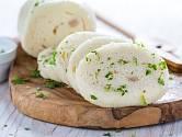 Houskový knedlík je jednou z ingrediencí.
