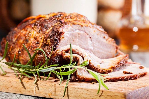 Výrazné koření jako rozmarýn skvěle ladí s chutí jehněčího masa.