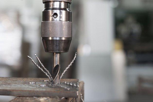 detail vrtání ocelového profilu