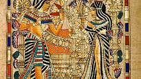 Královna Ankhesenamon přináší kytici papyru a lotosů svému choti Tutanchamonovi.