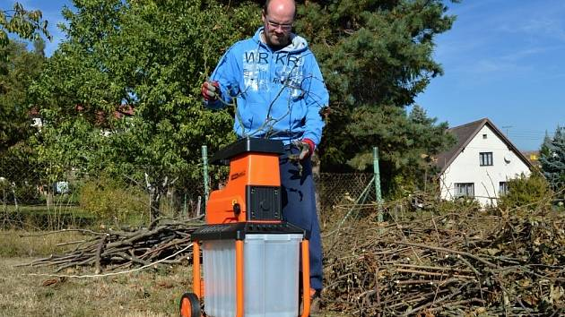 Elektrický štěpkovač na menší zahrady.