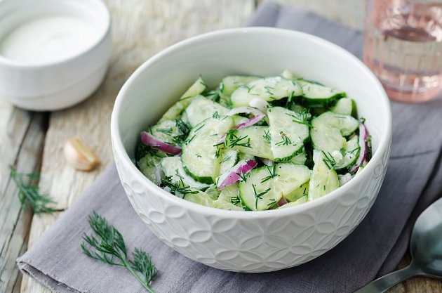 Okurkový salát s cibulí a koprem je ideální letní svačinkou.