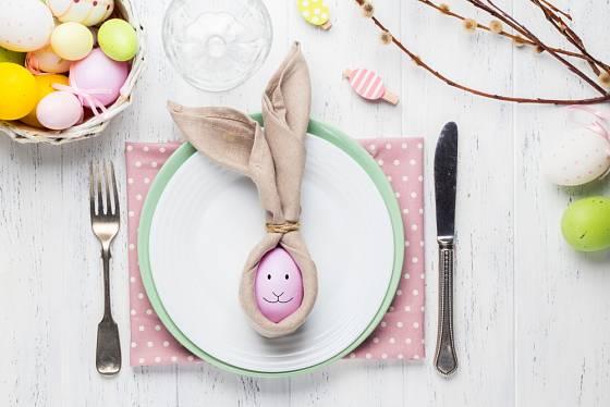 Nápaditě prostřený stůl vás přiláká nejen na různé pochoutky, ale také díky svým hezkým dekoracím.