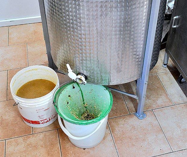 medomet - zařízení na vytáčení medu z pláství