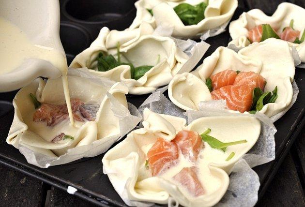 Příprava lososových košíčků se špenátem.