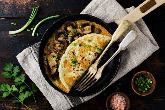 Žampiony jsou oblíbenou náplní vaječných omelet