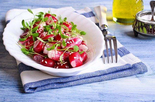 Jednoduchý salát z ředkviček se sezamem máte hotový v okamžiku.