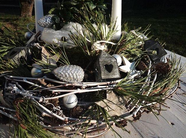 Okolo květináče s čemeřicí tvoří lem pocukrované vata simulující závěj sněhu.