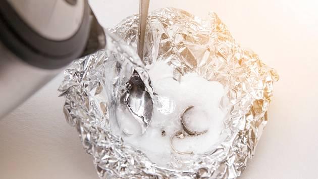 Čištění stříbra jedlou sodou.